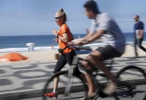 Disposição: Heliana Almeida, 63 anos, corre na orla do Leblon. Procuradora do Estado ainda é maratonista e pratica pilates e musculação Foto: Custódio Coimbra