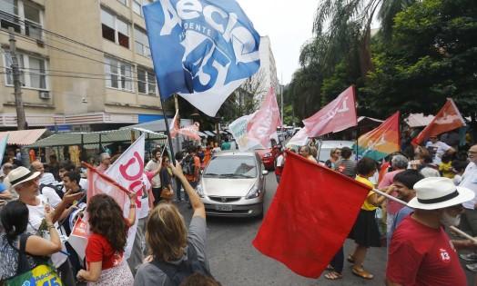 Manifestações de apoio para os candidatos Aécio Neves (PSDB) e Dilma Rousseff (PT) juntas nas ruas do Rio Foto: RICARDO MORAES / REUTERS