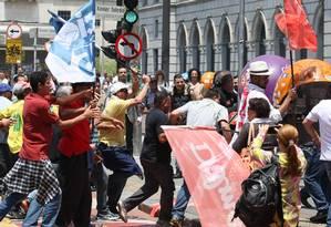 Em São Paulo, militantes petistas e tucanos chegaram a se agredir após encontro no centro da cidade Foto: Michel Filho / O GLOBO/23.11.2014