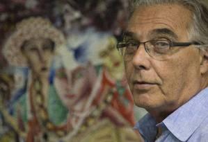 Rubem César em seu apartamento, no Leme, diante de um quadro pintado por um artista haitiano: fundado em 1993, o Viva Rio já atua há dez anos no país caribenho Foto: Antônio Scorsa / Agência O Globo