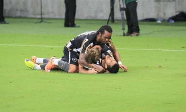 Comemoração. Carlos Alberto e Bollatti jogam-se em cima de Rogério, autor do primeiro gol do Botafogo na vitória por 2 a 1 sobre o Flamengo, ontem, na Arena Amazônia, em jogo de baixa qualidade Foto: Danilo Mello/Foto Aamazonas