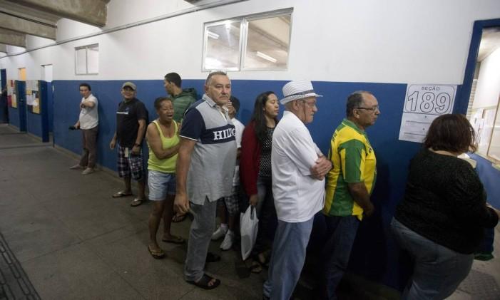 Início da votação do segundo turno das eleições no Ciep Ayrton Senna, na Rocinha Foto: Márcia Foletto / Agência O Globo 26/10/2014