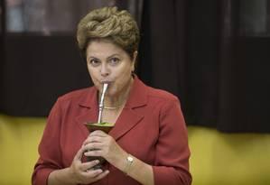 Dilma Rousseff toma chimarrão em seção eleitoral Foto: Felipe Dana / AP