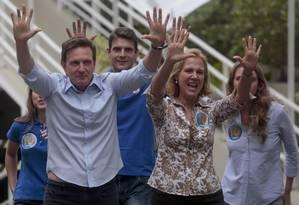 Marcelo Crivella posa com a família no clube Marimás, em Copacabana, onde fica sua seção eleitoral Foto: Pedro Kirilos / Agência O Globo