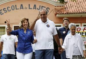 Luiz Fernando Pezão com a mulher e a mãe na saída de seção eleitoral Foto: Pablo Jacob / Agência O Globo