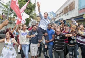 O candidato ao governo do Rio Marcelo Crivella em caminhada no Jacarezinho, após votar Foto: Pedro Kirilos/O Globo