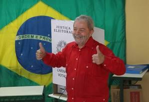 Depois de votar, ex-presidente Lula afirma que candidato eleito não enfrentará turbulências para governar o país Foto: Marcos Alves / Agência O Globo