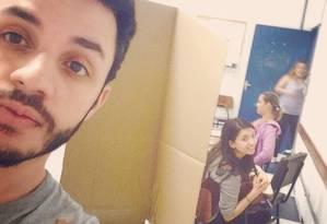 Eleitor faz 'selfie' com mesária ao fundo e posta em rede social Foto: Internet / Reprodução