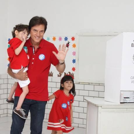 O candidato ao governo do Rio Grande Norte Robinson Faria (PSD) votou acompanhado da família Foto: Joana Lima/Tribuna do Norte / Agência O Globo