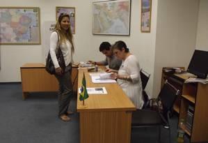 A brasileira Elisângela Rodrigues na seção eleitoral Foto: Agência O GLOBO/Daniela Kresch