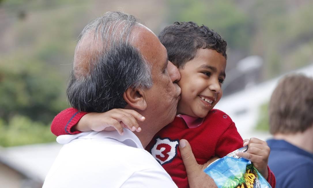 E cumprimentou crianças e moradores Foto: Pablo Jacob / Agência O Globo