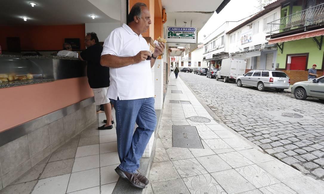 Pezão fez uma paradinha num bar de Piraí após votar e encontrou amigos Foto: Pablo Jacob / Agência O Globo