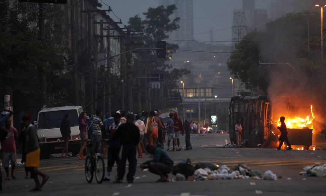 Protesto de moradores na zona norte de SP deixa dois onibus queimados Foto: Fernando Donasci / Agência O Globo