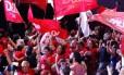 Militantes do PT comemoram a vitória de Dilma Roussef em um hotel de Brasília