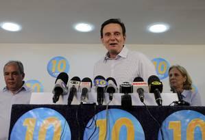 Ao lado do vice e da esposa, Crivella discursa na sede do PRB Foto: Agência O Globo
