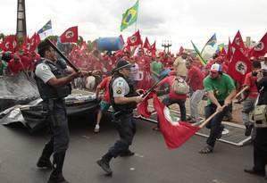 Policiais rechaçam militantes do MST durante tentativa de invasão ao Palácio do Planalto Foto: Givaldo Barbosa / Agência O Globo/12-2-2014