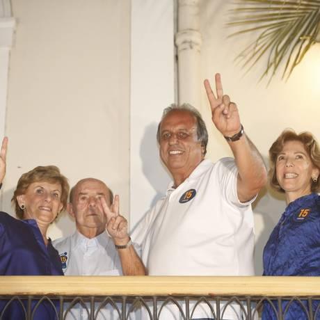 Pezão e seu vice, Francisco Dornelles (PP), comemoram vitória na urna com suas mulheres em hotel no Catete. Foto: Marcelo Carnaval / O Globo