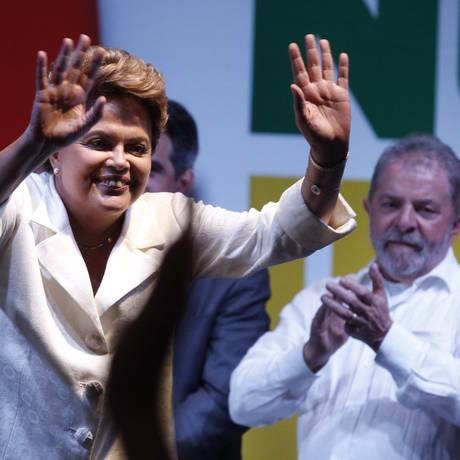 Dilma cumprimenta eleitores durante pronunciamento após divulgação do resultado das eleições Foto: Jorge William / O Globo