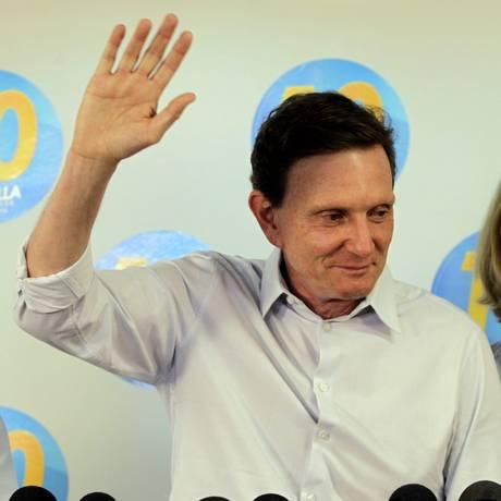 Marcelo Crivella, ao lado de sua mulher, durante coletiva de imprensa Foto: Gustavo Miranda