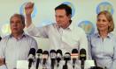 Marcelo Crivella, entre o general Abreu e a esposa durante coletiva a imprensa, após perder as eleições Foto: Gustavo Miranda / Agência O Globo