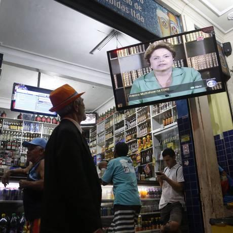 Pessoas assistem entrevista de Dilma em bar na Lapa Foto: Marcelo Carnaval / O Globo