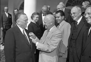Diretor do FBI John Edgar Hoover recebe condecoração do ex-presidente Dwight Eisenhower. Hoover defendeu nazistas durante a Guerra Fria Foto: Arquivo FBI
