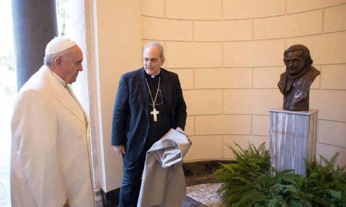 Papa Francisco esteve presente na Pontifícia Academia das Ciências durante a apresentação do busto de bronze do Papa Emérito Bento XVI Foto: AP