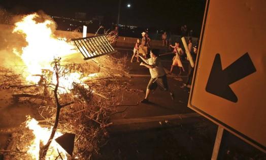 Em Itu, moradores que dependem da água da Cantareira fazem protesto em rodovia. Eles se queixam dos oito meses de racionamento Foto: NACHO DOCE / REUTERS