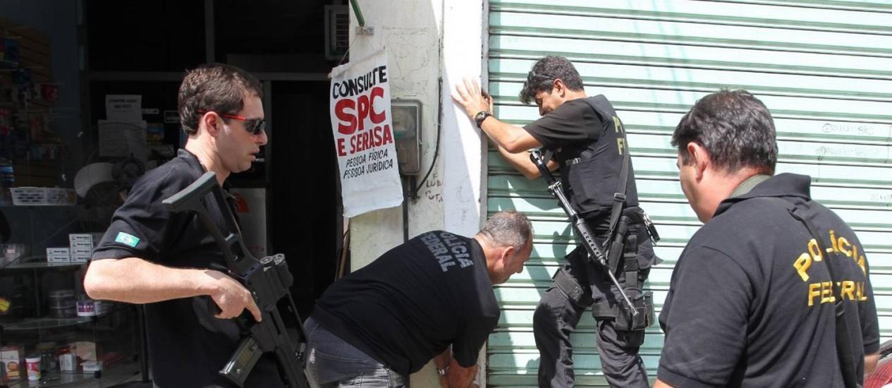 Agentes da Polícia Federal em ação, no Rio Foto: Agência O Globo/Márcia Foletto