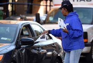 Equipe distribui folheto com informações sobre o vírus ebola pelas ruas de Nova York Foto: DON EMMERT / AFP