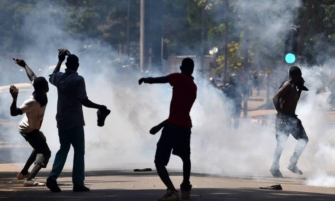Forças de segurança lançaram gás lacrimogêneo contra manifestantes Foto: ISSOUF SANOGO / AFP