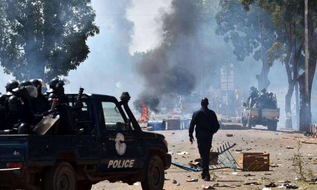 A França pediu que o presidente respeite a Carta da União Africana que estipula que líderes regionais não devem tentar alterar a Constituição para permanecer no poder Foto: ISSOUF SANOGO / AFP