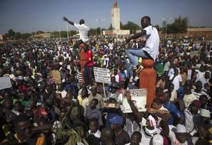 Manifestação reuniu milhares de pessoas na capital de Burkina Faso. Foto: JOE PENNEY / REUTERS