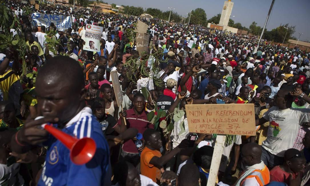Manifestantes protestam contra a votação de uma emenda constitucional que permitiria ao presidente prolongar seu mandato após 27 anos no poder em Burkina Faso Foto: JOE PENNEY / REUTERS