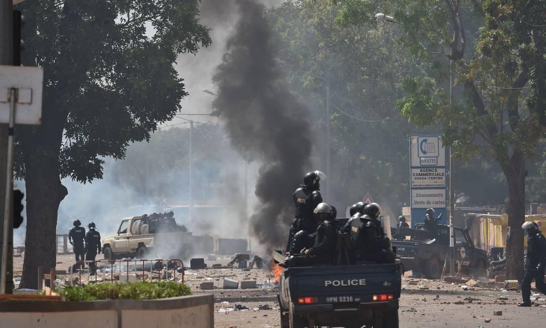 Ativistas fizeram barricadas em estrada ligando a capital à segunda maior cidade do país Foto: ISSOUF SANOGO / AFP