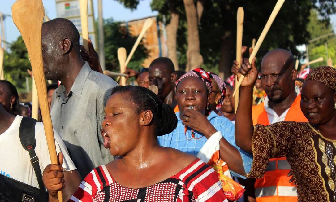 Colheres de pau e espátulas foram usadas como símbolo de protesto na manifestação Foto: Romaric Hien / AFP
