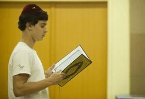 Estudante do judaico Liessin, Pedro Nudelman de Carvalho observa o Alcorão, livro sagrado do Islã que acaba de chegar ao colégio Foto: Guilherme Leporace