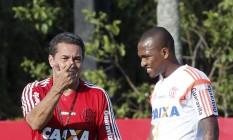 O técnico do Flamengo, Vanderlei Luxemburgo, conversa com o zagueiro Samir no Ninho do Urubu Foto: Cezar Loureiro / Agência O Globo