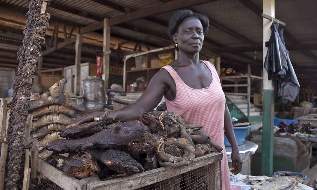 Vendedora em uma feira em Gana: condições precárias de preservação Foto: / Christian Thompson/AP