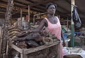 Vendedora em uma feira em Gana: condições precárias de preservação Foto: Christian Thompson/AP
