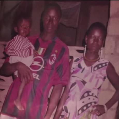 Em foto de família, Etienne Ouamouno segura seu filho Emile, primeira vítima do vírus no mundo Foto: Reprodução