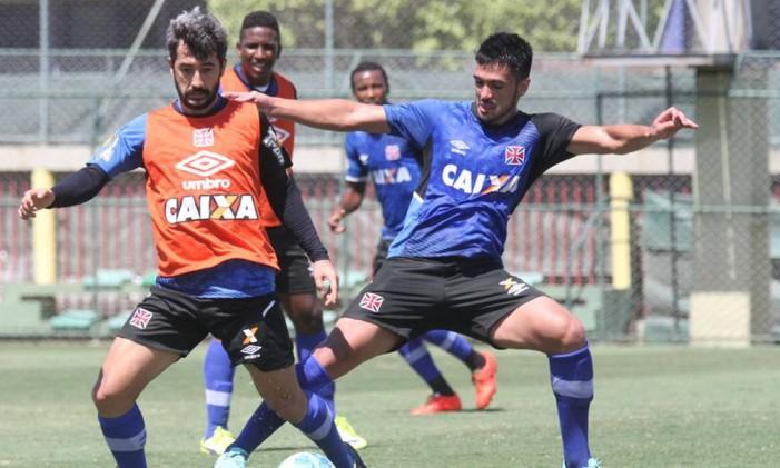 Luan disputa a bola com Douglas em treino do Vasco Foto: Marcelo Sadio / Vasco da Gama