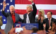 Busca de apoio. O ex-presidente Bill Clinton, à esquerda, e o senador Mark Udall fazem campanha em Colorado Foto: Brennan Linsley/AP