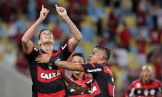 Cáceres ergue as mãos aos céus ao abrir o placar Foto: Marcelo Theobald / Agência O Globo