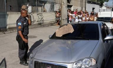 Carro com corpos foi encontrado abandonado em Benfica, na Zona Norte Foto: Guilherme Pinto / Agência O Globo