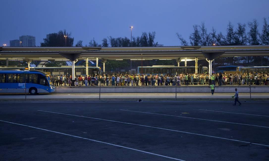 Fila para o BRT no Terminal Alvorada, na Barra da Tijuca. No Rio, 28,1% das pessoas perdem mais de uma hora por deslocamento Foto: Márcia Foletto / Agência O Globo