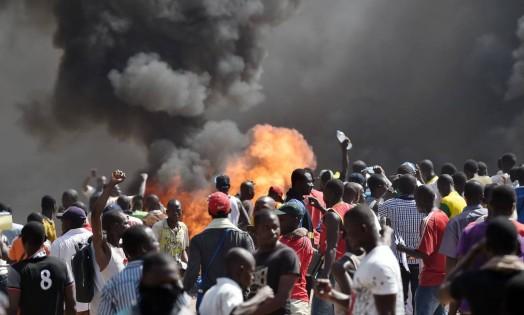 Manifestantes atearam fogo no Parlamento de Burkina Faso, em Ouagadougou, e em carros estacionados em um pátio em frente ao prédio Foto: ISSOUF SANOGO / AFP