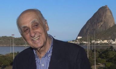 Zuenir Ventura comemora sua eleição para a ABL Foto: ANTONIO SCORZA / Agência O Globo