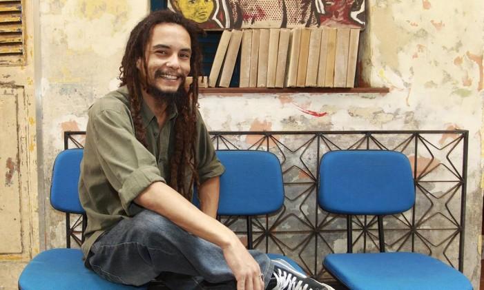 O tatuador Thiago Rodrigues faz desenhos à mão, com toques abstratos e aquarelados Foto: Márcio Alves / Agência O Globo