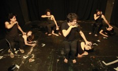 Integrantes do Núcleo de Pesquisa Corporal em Dança para Atores da Escola de Teatro Martins Pena realizam ensaio Foto: Márcio Alves / Agência O Globo